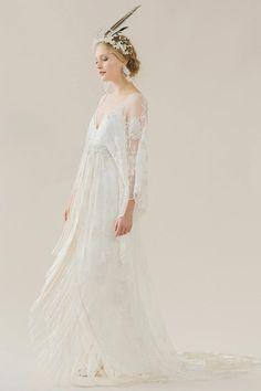 Fließendes, schmal geschnittenes Vokuhila-Brautkleid aus Spitze mit langen Ärmeln und V-Ausschnitt von Rue de Seine