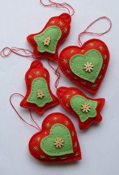 Vánoční dekorace Cena je za 1 ks podle vašeho přání, po domluvě lze vyrobit kombinaci a požadovaný počet srdíček nebo zvonečků podle vašeho přání. Ozdobičky jsou vyrobeny z plsti (filcu) a vyplněny dutým vláknem. Každý kus je originál a je ručně šitý. Lze pověsit na stromeček nebo na vánoční větvičku, lze připevnit na adventní věnec nebo lze z ozdobiček ...