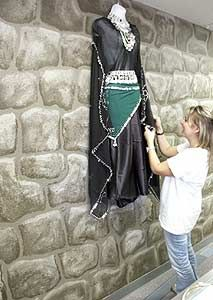 How to Paint a Castle Wall Faux Rock Walls, Faux Stone Walls, Faux Brick, Brick Walls, Castle Rooms, Castle Wall, High Quality Halloween Costumes, Kids Castle, Castle Painting