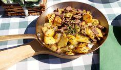 Das traditionelle Bauerngröstl mit Kartoffeln, Zwiebeln und Rindfleisch. So einfach und doch so lecker.
