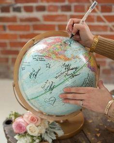 Szinte bármiből lehet egyedi esküvői vendégkönyv. Ha szerettek utazni, választhattok például földgömböt.
