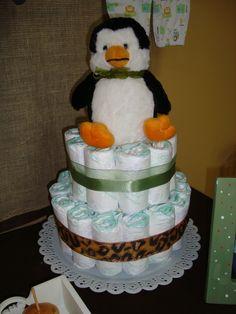Bolo de fraldas feito pela mamãe, o pinguim é presente do vovô <3