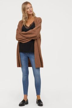 Ankle-length jeggings in washed stretch denim with heavily distressed details. Mock front pockets regular back pockets and raw-edge hems. Push Up – denim with superstretch function to showcase body's physique. Cotton content is partly recycled. Fall Maternity Outfits, Pregnancy Outfits, Maternity Wear, Maternity Fashion, Fall Outfits, Maternity Style, Jeggings, Push Up, Nursing Clothes