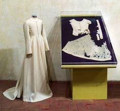 The Extant Gamurra of Beata Osanna – La Bella Donna 15th Century Dress, 15th Century Fashion, 15th Century Clothing, 14th Century, Medieval Costume, Medieval Dress, Medieval Clothing, Italian Renaissance Dress, Renaissance Fashion