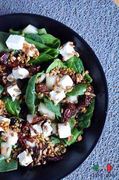 Przepyszna sałatka ze szpinakiem, fetą, suszonymi pomidorami i gruszką! – Eat Me Fit Me! :) Healthy Cooking, Healthy Snacks, Healthy Eating, Cooking Recipes, Healthy Protein, Ensalada Thai, Feta, Vegetarian Recipes, Healthy Recipes