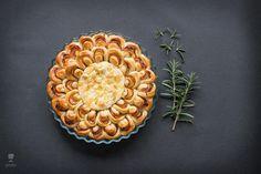 Peceny camembert s obrubou z kvaskoveho chlebika plneneho sunkou. Meals Without Meat, Vegetarian, Basket