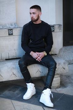 Guys in leather pants Mens Fashion Shoes, Fashion Moda, Urban Fashion, Leather Fashion, Men's Fashion, Street Fashion, Leather Jeans Men, Leather Trousers, Men's Leather