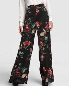 Pantalón ancho en color negro con estampado floral.