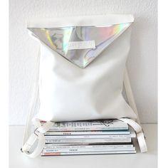 Weißes Kunstleder Rucksack mit holographischen Kunstleder Teile und Innentasche. Verschluss: Reißverschluss + Magnetverschluss