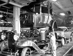 Old Ford assembly line. It wasn't old when the photo was taken. Ford Classic Cars, Classic Trucks, Vintage Cars, Antique Cars, Retro Cars, Ford Rs, Ford Lincoln Mercury, Garage Art, Old Fords