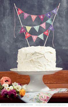 idea de torta con el nombre del bebe en los banderines