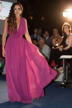 Vestido de gala en gasa schiffon con escote tipo V profundo tanto delante como detrás. Lleva dos faldas y tres de ¾ todas de doble capa.