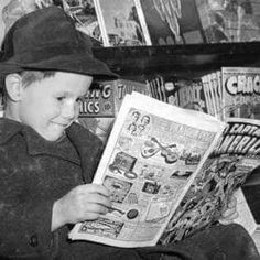 Reading Captain America#2(1941)at the newsstand