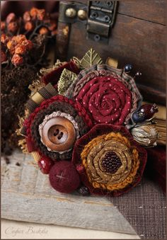 Crochet and rosettes in fall colors Fleurs Style Shabby Chic, Shabby Flowers, Lace Flowers, Felt Flowers, Fabric Flowers, Ribbon Crafts, Flower Crafts, Fabric Crafts, Textile Jewelry