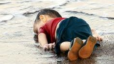 """El pequeño Aylam Kurdi. Un niño ahogado en una playa de Turquía, tras el naufragio de dos embarcaciones de refugiados sirios. """"Una foto para silenciar al mundo""""."""