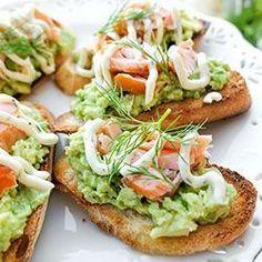 Crostini z guacamole i wędzonym łososiem Guacamole, Fruit Recipes, Healthy Recipes, Delicious Recipes, Healthy Cooking, Cooking Recipes, Salmon Breakfast, Crostini, Homemade Sandwich