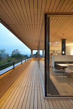house on slope room glazed balcony view on the mountain Pinner haus am hang raumhohe verglasung balk Houses On Slopes, Haus Am Hang, Interior Architecture, Interior Design, Terrace Design, Deck Design, Shade Structure, Rooftop Terrace, Pergola Plans