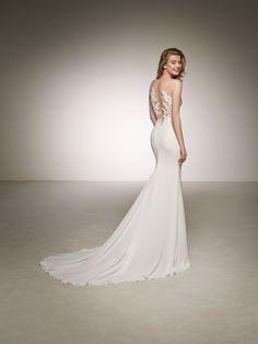 Mermaid wedding dress with lace neckline. DARINKA | Pronovias 2018 Collection