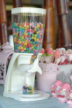 Un Candy Bar es una mesa para que tus invitados se sirvan las gominolas que más les gusten.Es una idea genial para bodas, comuniones o incluso cumpleaños. Candy Bar Comunion, 18th Party Ideas, Candy Bar Party, Sweet Bar, Candy Buffet, Candyland, Party Time, Baby Shower, Sweets