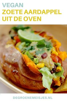 De ultieme zoete aardappel uit de oven is simpeler dan je misschien denkt. Je hebt geen olie of kruiden nodig, alleen de zoete aardappel, een oven, bakpapier, een vork en een mes. We laten je zien hoe wij zoete aardappel bereiden en hoe we de aardappels g
