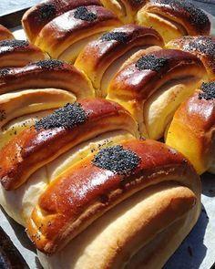 Disse briksene er så saftige og gode at du ikke trenger smør på når du skal spise de. Du kan servere de til lunsj med noe godt pålegg eller du kan gjerne ha de til en middagsrett. 8 dl mel 100 gr m… Savoury Baking, Bread Baking, Norwegian Food, Scandinavian Food, Bread Rolls, No Bake Desserts, Hot Dog Buns, Tapas, Bakery