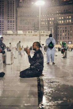 How does anyone who has any belief justify his particular doctrine of faith? A true religion is consistent with the natural instinct and it calls to monotheism Alhamdulillah, Mecca Mosque, Ramadan Poster, Moslem, Mekkah, Beautiful Prayers, Les Religions, Male Photography, Islam Quran