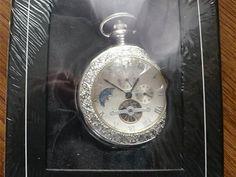 Kapesní hodinky s viditelným vnitřním ústrojím hodinek.