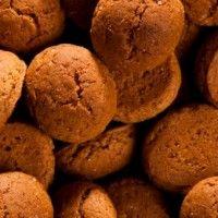 Recept – Kruidnootjes De allerlekkerste kruidnoten bak je zelf. Kruidnootjes staan in een handomdraai op tafel en zijn heerlijk bij warme chocomel of roomijs met stoofpeertjes!