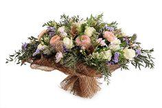 Пышный и объемный букет, выдержанный в спокойных тонах. Такой насыщенный букет из цветов подойдет как для поздравления по случаю какого-либо праздника, так и...