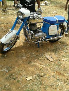 jawa 350 British Motorcycles, Vintage Motorcycles, Cars And Motorcycles, Vintage Horse, Vintage Bikes, Jawa 350, Vespa Scooters, Cafe Racer Motorcycle, Old Bikes