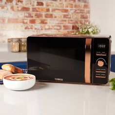 Designed by Tower, this 20 litre digital microwave features a high-quality glass turntable for even heat distribution and offers defrost functions for added convenience. Rose Gold Kitchen Appliances, Rose Gold Kitchen Accessories, Black And Copper Kitchen, Kitchen Appliance Storage, Rose Gold Decor, Kitchen Supplies, Küchen Design, Booth Design, Kitchen Interior