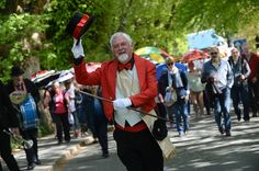 Sun shines on 25th Jennings Jazz Festival http://www.cumbriacrack.com/wp-content/uploads/2016/05/Band-Leader-on-Lake-Road.jpg Brilliant Lake District sun shone down on the 25th Jennings Keswick Jazz Festival as hundreds of music lovers from all over the country    http://www.cumbriacrack.com/2016/05/16/sun-shines-25th-jennings-jazz-festival/