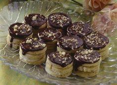 Zákusek pro mlsné jazýčky. Spojení čokolády a ořechů bude potěšením na každý den. Příprava je jednoduchá a přátelská i pro méně zručné kuchaře. Na Velikonoce jako ušité. Christmas Baking, Christmas Cookies, Czech Recipes, Cookie Designs, No Bake Cookies, Desert Recipes, Mini Cakes, Baking Recipes, Sweet Tooth