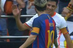 Saludo entre capitanes. Leo felicitó a Enzo tras una barrida para sacarle la pelota.
