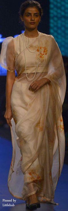 Bridal Hairstyle Indian Wedding, Indian Wedding Outfits, Cotton Saree Blouse, Silk Sarees, Casual Dress Outfits, Modern Outfits, Elegant Saree, Saree Look, Sexy Blouse