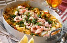 Vi lägger räkor, torsk, curry, dill och kokosmjölk i en form och resultatet blir så gott. Vårt recept på lyxig fiskgratäng passar lika bra till fredagsmyset som till festmiddagen!