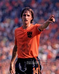 Johan Cruyff of Holland at the 1974 World Cup Finals. Pure Football, English Football League, Football Jerseys, Football Players, Soccer Stars, Sports Stars, Fc Barcelona, Fifa, Football Images