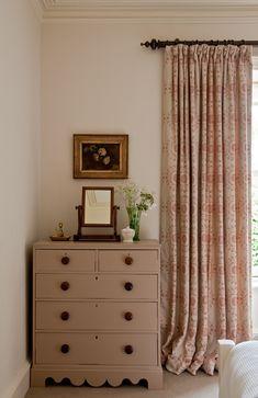 Florentine print in Persimmon as a pretty bedroom curtain Interior Rugs, Interior Design, Interior Shop, Interior Trim, Scandinavian Interior, Interior Ideas, Interior Inspiration, Home Bedroom, Bedroom Decor