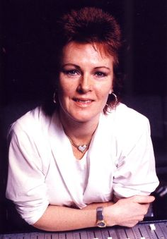 In the spring 1984 Frida recorded her new album in Paris with a new producer Steve Lillywhite. Lillywhite was mostly associated to modern rock acts as Ultravox, Peter Gabriel, U2, Simple Minds and Big Country - the groups and artists who were popular at the beginning of the 1980s.