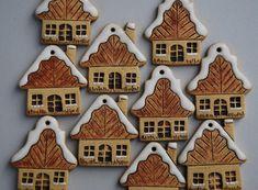 Keramické+vánoční+ozdoby+-+domky+Keramické+ozdoby+-+vyrobeny+ze+šamotové+hlíny. Rozměr +4,5+x+5+cm.+Uvedená+cena+je+za+1+kus.+Každý+domek+je+trochu+jiný,+tloušťka+se+může+nepatrně+lišit.+5+x+domek+s+komínem+5+x+domek+bez+komína