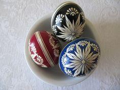 kraslice zdobené slámou - Hledat Googlem Eastern Eggs, Egg Art, Egg Decorating, Decorative Plates, Easter Decor, Celebrations, Decoration, Spring, Inspiration