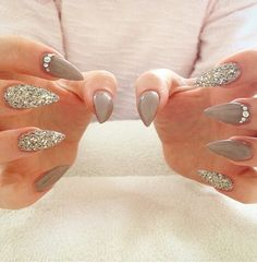 Toupe stiletto nails with glitter (christmas nail art designs friends) Great Nails, Fabulous Nails, Gorgeous Nails, Love Nails, My Nails, Pointy Nails, Fancy Nails, Trendy Nails, Uñas Fashion