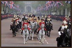 royal gekrönte häupter | Die Menschen rechts und links der Straße, jubeln den Neuvermählten ...