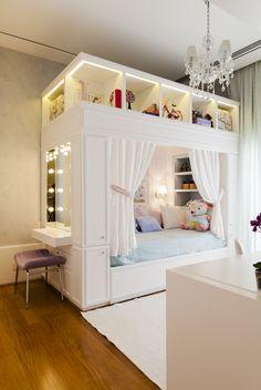 Quartinho para uma princesa. Suite Arquitetos projeta dormitório com cama em forma de caixa