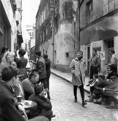 AUDREY+HEPBURN+caminhando+pelas+ruas+de+Paris%2C+Fran%C3%A7a+durante+as+grava%C3%A7%C3%B5es+de+CINDERELA+EM+PARIS+Funny+Face+1956.jpg (750×769)