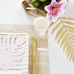 Eine kleine Inspiration für die nächste Tischdeko auf der Sommer-Party!✨Als hübsches, goldfarbenes Schmuckstück wird das Set SHIMMER von Bloomingville auf Deinem Esstisch schnell zum Blickfang. Das Festmahl wird dadurch nicht nur zu einem leckeren, sondern auch zu einem brillanten Vergnügen!     @delightdepartment Flower Ornaments, Gold Interior, Picture Frames, Objects, Candles, Bathroom, Tableware, Kitchen, Party
