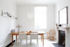 Noir, blanc et bois sont les tons choisis pour ce salon - salle à manger minimal.