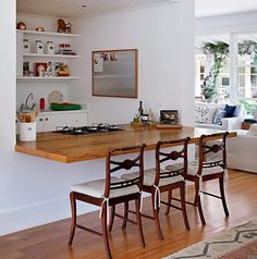 A casa dos anos 50 em Itaipava, região serrana do Rio de Janeiro, recebeu uma grande reforma comandada pela arquiteta Patricia Caravalho. Ela incluiu a cozinha gourmet aberta para o living. A área possui a bancada produzida com a madeira aproveitada dos caibros