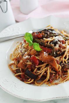 Voici une variante toute simple des pâtes à la sauce tomate : avec des légumes rôtis au four ou poêlés (ici aubergines et poivrons). Une idée simple pour faire manger des légumes aux enfants. C'est un plat facile, économique et qui plaît à tout le monde. Diet Recipes, Recipies, Linguine, Chorizo, Japchae, Healthy Drinks, Bon Appetit, Summer Recipes, Voici