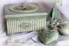 Decoupage Vintage, Decoupage Box, Shabby Chic Boxes, Vintage Shabby Chic, Christmas Perler Beads, Painted Jewelry Boxes, Cold Porcelain Flowers, Bottle Box, Pearl And Lace